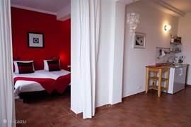 Elk appartement / suite heeft een eigentijdse inrichting in hippe kleuren.