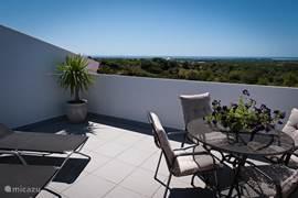 Penthouse appartement: groot terras met prachtig uitzicht. Eethoek en comfortabele ligbedden. De overweldigende sterrenhemels 's nachts zijn zeker een vermelding waard!
