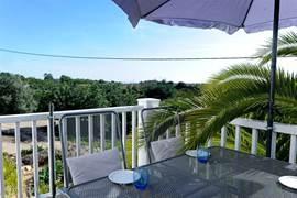 De appartementen aan de voorzijde hebben ook een eigen terras, met een geweldig uitzicht over het land naar de zee.