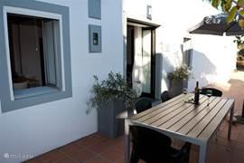 Op het landgoed van Casa Verdazul hebben we sinds 2010 een prachtig gastenhuisje, gelegen direct naast het grote huis Casa Verdazul. De gasten van het gastenhuisje kunnen alle faciliteiten van Casa Verdazul gebruiken, zoals het zwembad, de tuin, speelterrein, ontbijt, etcetera.