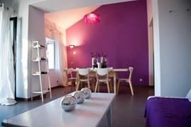 Gastenhuisje Cascata de Flores: ruime eettafel met open keuken.