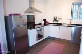 Gastenhuisje Cascata de Flores: moderne keuken met 4-pits kookplaat, koelkast, oven, magnetron, afwasmachine, koffiezetapparaat, waterkoker, broodrooster en verder alle keukenbenodigdheden.