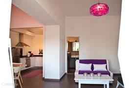 Gastenhuisje Cascata de Flores: ingericht met airconditioning, twee aparte slaapkamers, tv met satellietontvanger (Nederlandse tv) en met openslaande deuren naar een ruim terras met zicht op het groene land en de zee.