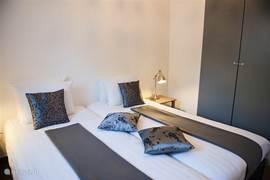Gastenhuisje Cascata de Flores: twee aparte slaapkamers. Ook deze weer eigentijds ingericht. Een ruime garderobekast is aanwezig.