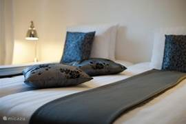Gastenhuisje Cascata de Flores: twee aparte slaapkamers. Goede boxspringbedden met heerlijk fris, wit linnengoed.