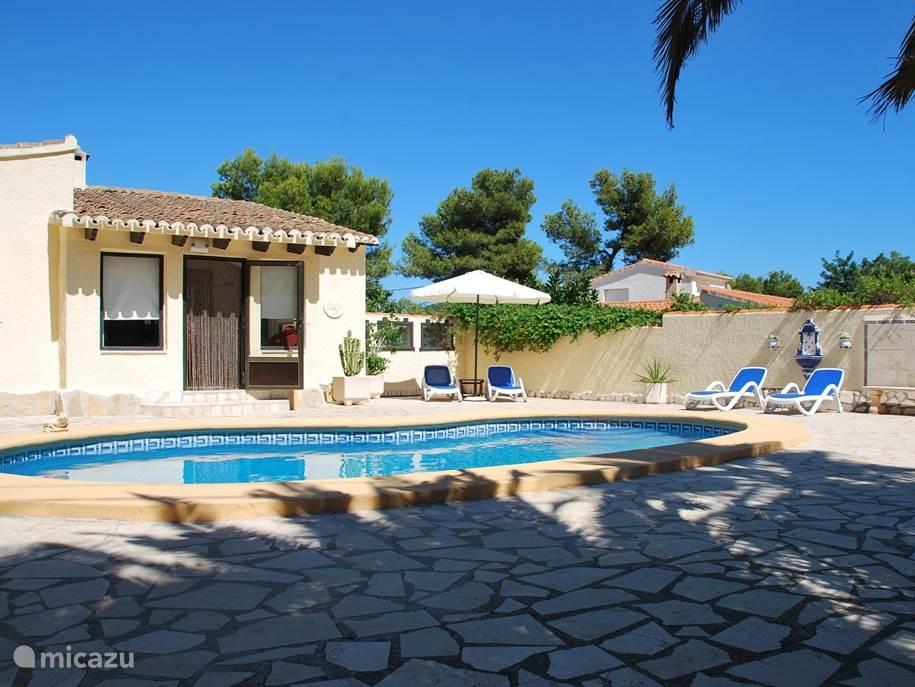Zwembad met uitzicht op de achterkant van de villa.