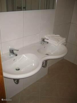 2 badkamer voorzien van douche, toilet en wastafel