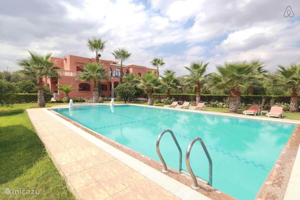 Prachtige villa omringt door een grote tuin van 4000 m2 met een groot verwarmd prive zwembad dus ook in de winter heerlijk zwemmen. Op slechts 8 min van het bruisende centrum van Marrakech. Alle kamers zijn voorzien van eigen badkamer, airco .
