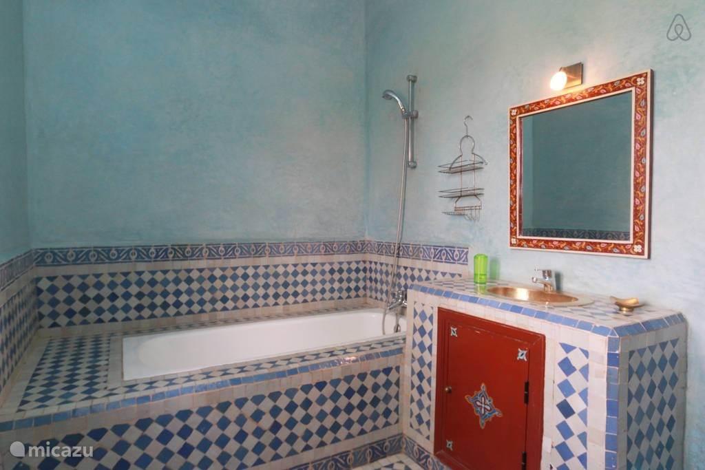 Badkamer met ligbad. Marokkaans ingerichtte badkamer