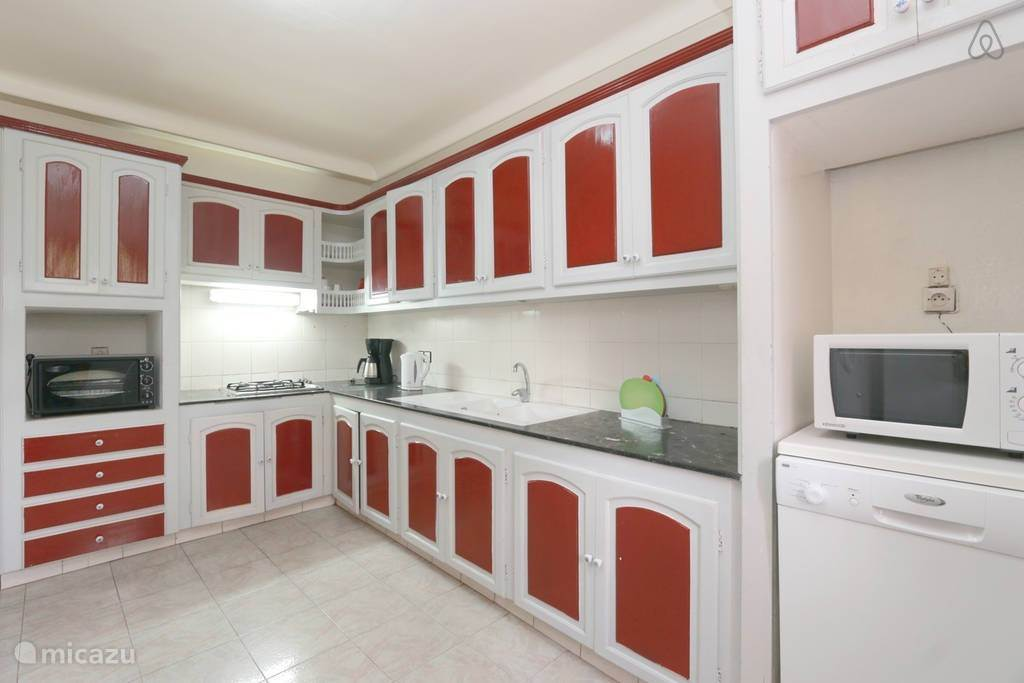 Compleet ingerichtte keuken met vaatwasser, koelkast.