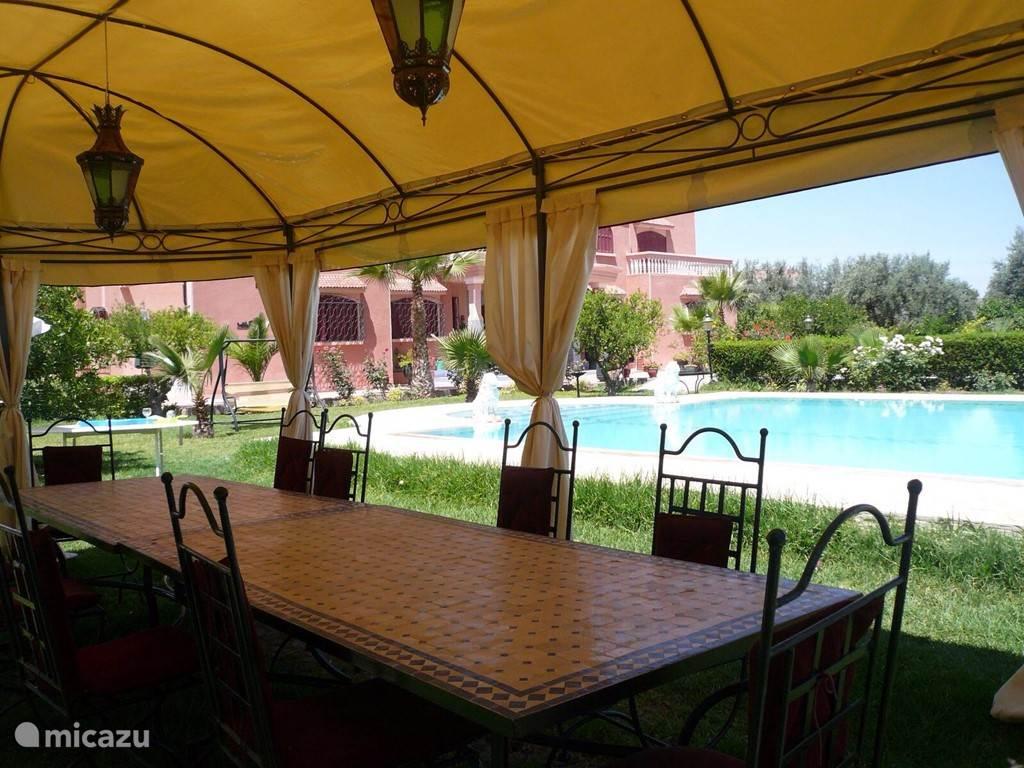 Heerlijk dineren in de tent naast het zwembad