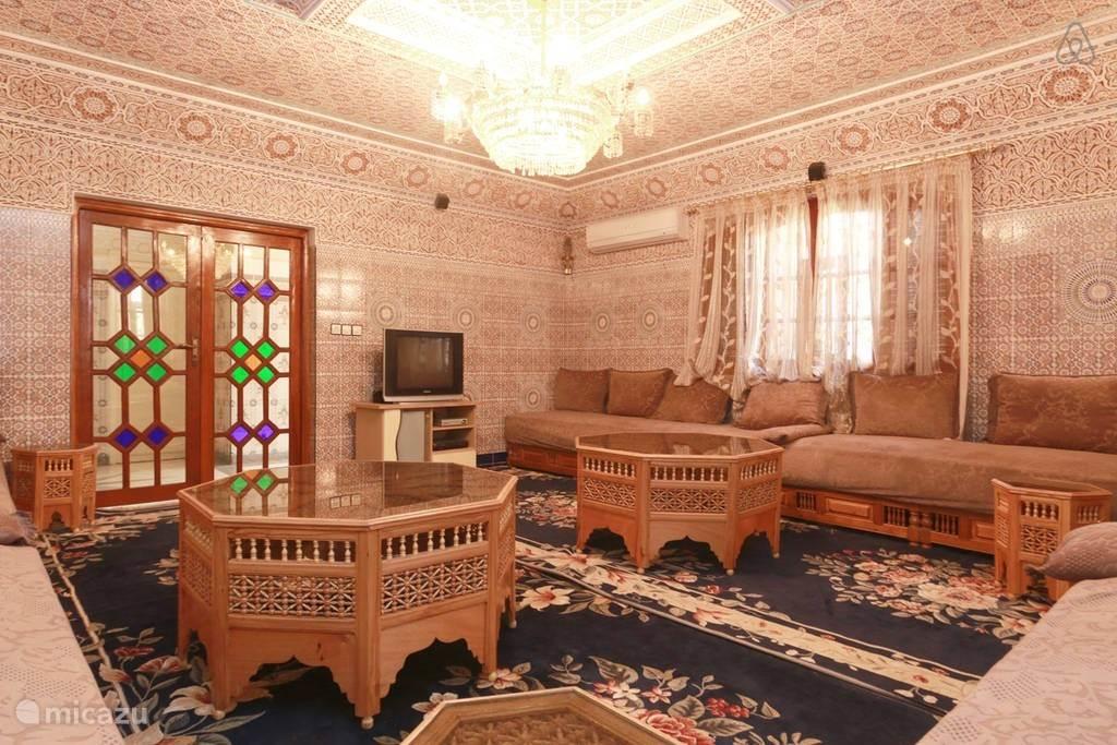 Traditionele Marokkaanse salon. Met tv met Nederlandse kanalen.