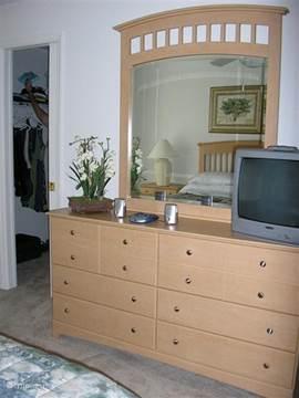 In de ouderslaapkamer hebben we een commode met laden en daarop een 32' LCD TV en een DVD speler. De badkamer met douche en een apart toilet zijn vanuit de slaapkamer toegankelijk.