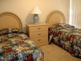 De tweede slaapkamer met twee eenpersoonsbedden is ook voorzien van een 22' LCD TV