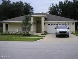 Dubbele garage en grote veranda. De auto op de foto is niet inbegrepen in de huurprijs.