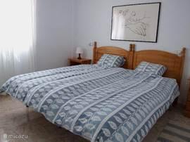 Slaapkamer 1 (2 bedden van elk 90 x 200 cm). In de slaapkamer is ruimte om een bedje te plaatsen voor baby of peuter (gratis). De tweede slaapkamer heeft ook 2 bedden van elk 90x 200 cm.