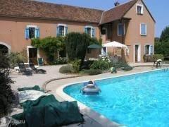 Prachtige villa met zwembad (6,5X12m), grote tuin en 2ha weiland. Gezellig ingericht. Geschikt voor grotere groepen en familiebijeenkomsten. Landelijk gelegen in Bourgogne vlak bij het leuke stadje Toucy en Auxerre. Wandelen vissen fietsen en paardrijden.