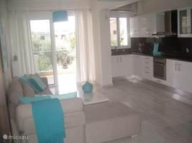 Luxe appartement te huur in Kalamata (Zuid-Peleponessos)  Op zoek naar een vakantie tussen de grieken? Dan is dit appartement zeer geschikt.   Zeer centraal gelegen 100 meter van het langgerekte strand en de gezellige boulevard.