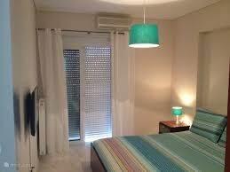 Een heerlijke slaapkamer met een tv veel kastruimte en toegang tot het ruime balkon.