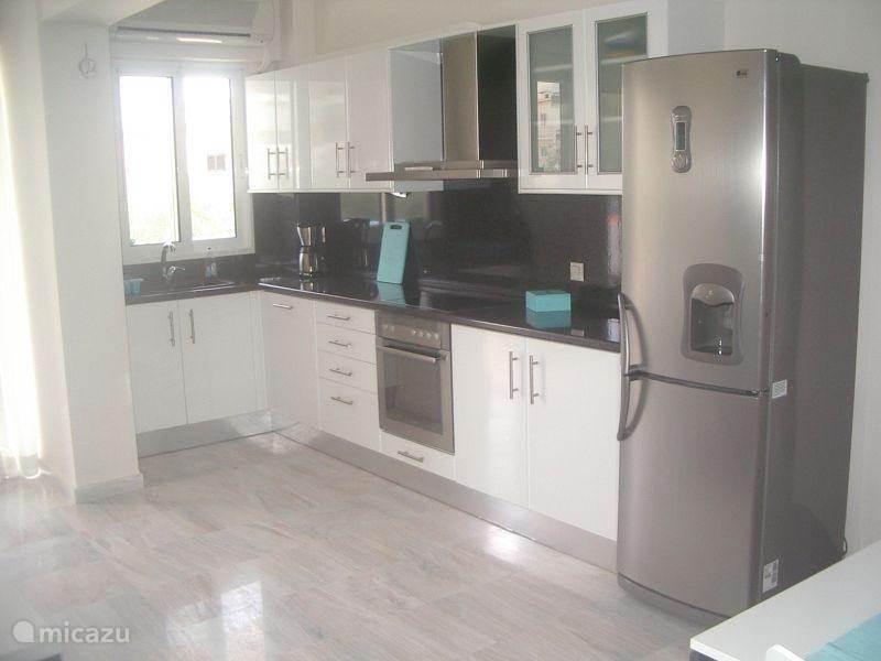 De keuken voorzien van alle gemakken en een wasmachine.