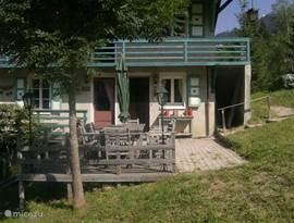het terras bij de keuken om in het zonnetje te ontbijten, lunchen of te dineren.Ons huis ligt de hele dag in de zon.U heeft hier een prachtig uitzicht over het dorp en de weides, waar de koeien grazen met de karakteristieke grote bellen