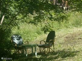 Een rustig zitje in de grote tuin
