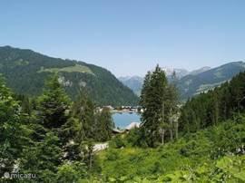 Als u komt aanrijden vanaf de Pas de Morgins ziet u Chatel al liggen. U komt dan langs het Lac de Vonnes, waar in de zomer gevist kan worden. Er staat een hoge fontein in het midden van het meer en u kunt er heerlijk wandelen of een terrasje nemen.