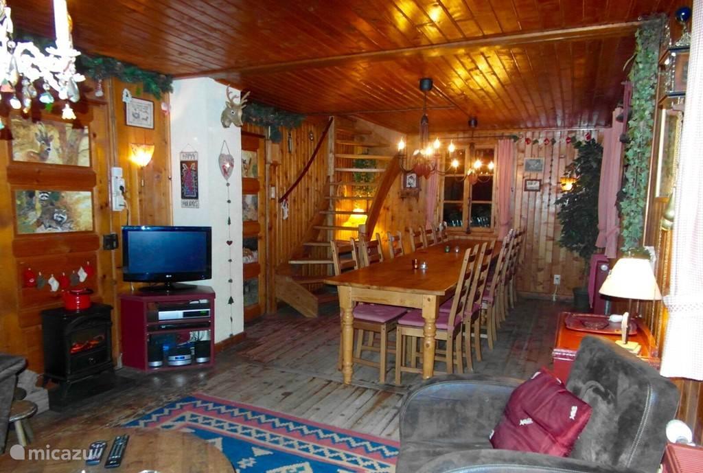 De woonkamer met een eettafel voor 18 personen en een ruime zithoek bij de TV