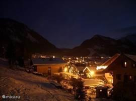 Chatel vanaf een van de balkons met de kerstverlichting in het hele dorp.