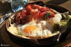 Traditioneel gerecht, een croute fromage. Andere specialiteiten uit de Haute Savoie zijn ook berthoud en tartiflette, met onder andere speciale kazen, spek en aardappels. Natuurlijk kunt u hier ook een heerlijk stukje vlees of vis eten.