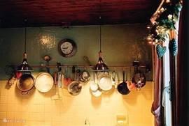 Het hele huis is gezellig gedecoreerd en de verlichting werkt met dimmers. De schemerlampen in de woonkamer gaan allen aan met 1 schakelaar.