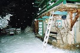 Het terras voor het huis in de winter om na het skiën met een glaasje glühwein bij de vuurschaal even bij te praten.