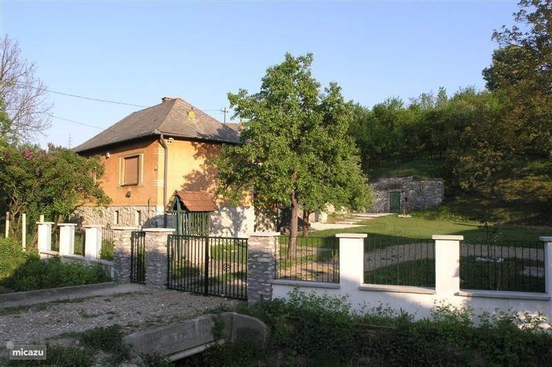 Mooie vakantiewoning met ruime tuin in zonnig Hongarije. Nog beschikbaar van 15 - 22 juli en 29 juli - 5 augustus. Last-minute prijs 350 euro p/w!