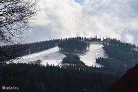 Zicht op Skigebied Plesivec vanuit Abertamy.