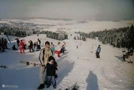 skipiste in Klinovec (8-10 km)Het skigebied Klinovec is het grootste skigebied van het Ertsgebergte en beschikt over 10 skiliften en ook 10 skipistes (blauw en rood), met een totale lengte van ongeveer 10 km (lengte 500 -1350 m). Het heeft sneeuwkanonnen voor kunstmatige sneeuw, 2 skischolen, skiver