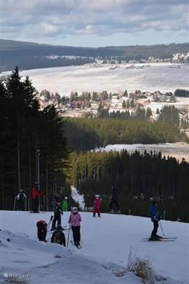 Uitzicht vanaf de nieuwe pistes (Plesivec)op het dorp en Huis Abertamy