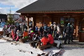 Tussen de middag: een gezellige drukte bij de eettent in skigebied Novako (Bozi Dar)