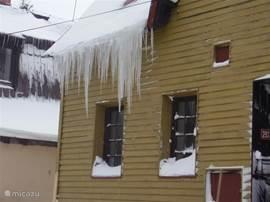 Met een beetje winter hangen de ijspegels aan het Huis Abertamy