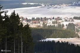 Blik op deel van het dorp Abertamy vanaf de pistes in skigebied Plesivec
