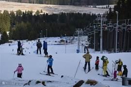 Skigebied Plesivec. Mooie blauwe afdaling.