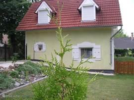 Zijkant van de woning vanuit de tuin van de buren genomen.