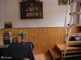hal met trap naar de 1e verdieping.