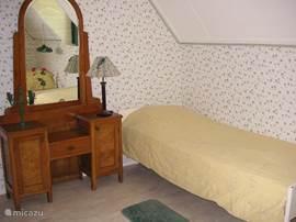 slaapkamer  met 2 eenpers.bedden, voor de ramen zijn rolluiken geplaatst zodat de slaapkamer heerlijk koel is.