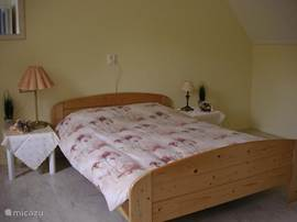 slaapkamer met 2 pers.bed en een 1 pers.bed voor eventueel een extra pers. ook hier zijn voor alle ramen rolluiken de slaapkamer is dus koel en donker