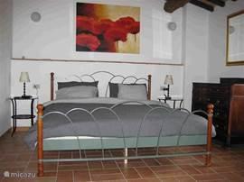 1e slaapkamer, ladenkast, veel kastruimte.
