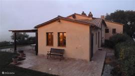aanbouw met pergola en terrassen rond het huis (altijd zon of schaduw)