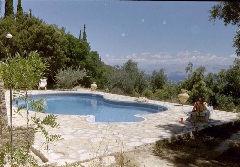 Ruime, zeer rustig gelegen villa in schaduwrijke olijfboomgaard. Vanaf de grote terrassen en het eigen besloten zwembad heeft men overdag en 's nachts een fenomenaal uitzicht over zee en naar het vasteland.  Rust, ruimte en natuur. Zee, golf en wandelen.