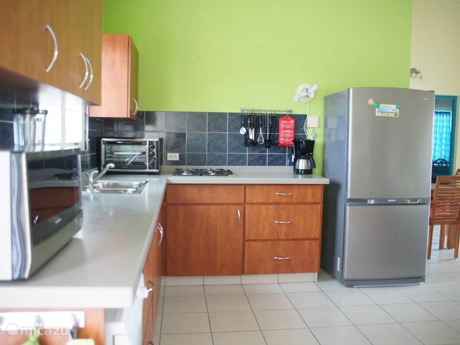 Moderne keuken met alle gemakken (magnetron, oven, gasfornuis, Amerikaanse koelkast, toaster. waterkoker, koffiezetapparaat)