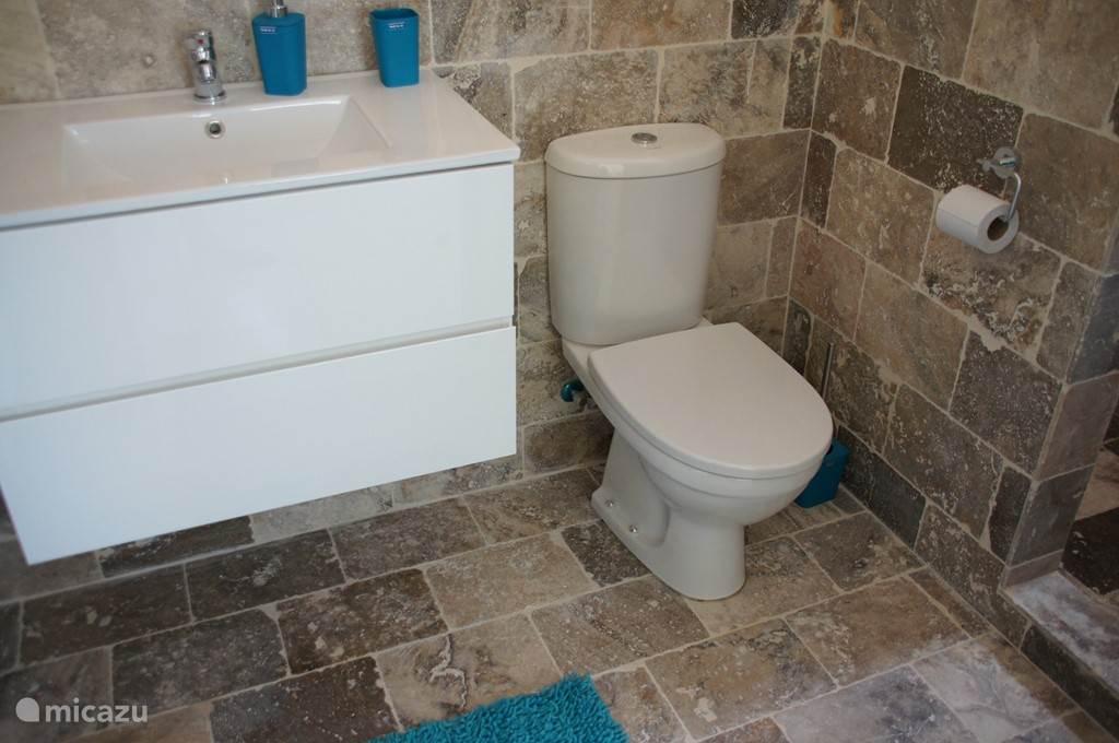 2 complete badkamers met douches vzv warmwater, derde gastenbadkamer met toilet en wastafel. Alles is geheel vernieuwd in mei 2015.