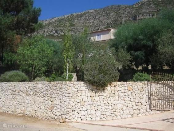 Der Zugang zu der Villa und Frontansicht